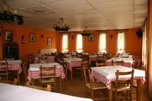 Un restaurante o sitio para comer en Hotel Restaurante Valdevenados