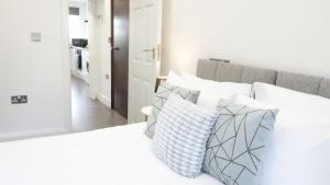 A bed or beds in a room at The Hatton Apartments - Free Parking