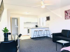 A seating area at Sunny Shackell - Echuca Moama Holiday Accommodation