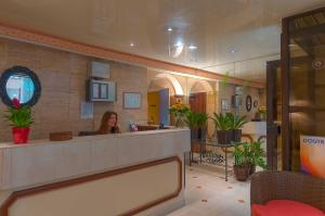 The lobby or reception area at Hôtel de l'Alma Paris