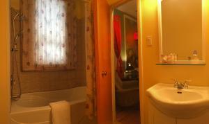A bathroom at Gite Au P'tit Manoir B&B