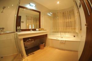 Ein Badezimmer in der Unterkunft Kodchasri Thani Hotel