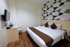 A bed or beds in a room at Hotel 88 Mangga Besar Raya 120