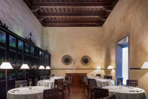 A restaurant or other place to eat at Hotel Palacio de Santa Paula, Autograph Collection
