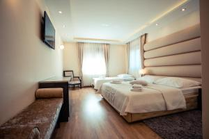 A bed or beds in a room at Grand Lakes Rooms