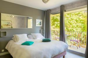 A bed or beds in a room at La Maison de l'Orbière