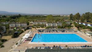 Vista sulla piscina di Village Due Elle o su una piscina nei dintorni