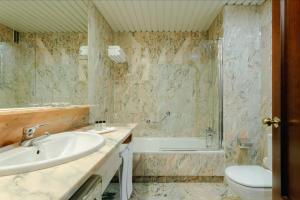 A bathroom at Hesperia Vigo