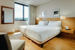 A bed or beds in a room at Hesperia Vigo