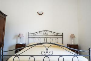 A bed or beds in a room at Casa di Andrea Cardi