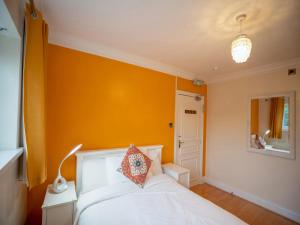 A bed or beds in a room at OYO Oakcroft Guest House Manchester Airport