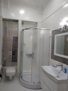 Um banheiro em OIL ACADEMY. New House. metro 28 may. 3 Bedrooms