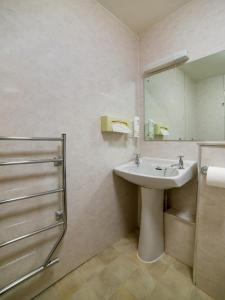 A bathroom at OYO Flagship Brentwood