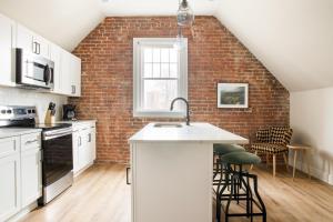 A kitchen or kitchenette at Sonder — The Essex