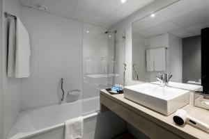 A bathroom at Tryp Lisboa Caparica Mar