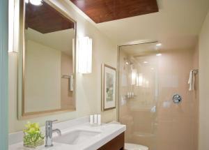 A bathroom at Casa Marina Key West, A Waldorf Astoria Resort