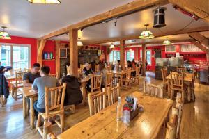 Un restaurante o sitio para comer en HI Lake Louise Alpine Centre