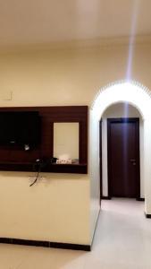 Uma TV ou centro de entretenimento em Noon Furnished Apartments