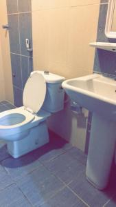 Um banheiro em Noon Furnished Apartments