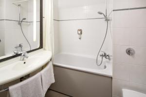 A bathroom at ibis Southampton