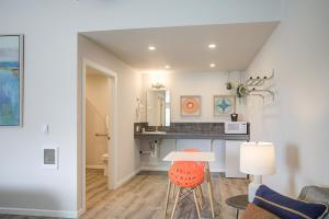 A kitchen or kitchenette at OCEAN SHORES RESORT - Brand New Rooms