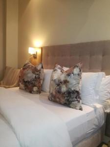 Ein Bett oder Betten in einem Zimmer der Unterkunft Sugar Hotel
