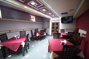 A restaurant or other place to eat at Pension Arena