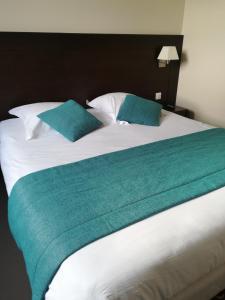 A bed or beds in a room at Le Port de Decize