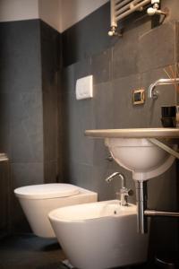 A bathroom at Flavio Gioia Suite Salerno