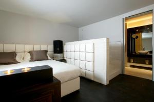 A bed or beds in a room at Sina The Gray