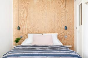 A bed or beds in a room at Hôtel Henriette