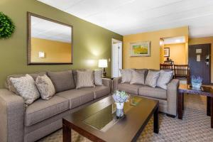 A seating area at Quality Inn Old Saybrook - Westbrook