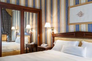 A bed or beds in a room at Sina De La Ville