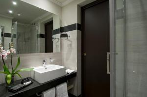 A bathroom at Sina De La Ville