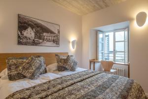 A bed or beds in a room at Hotel Roncesvalles