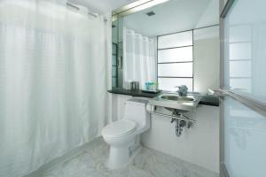 A bathroom at Shoreham Hotel