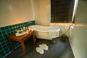 A bathroom at Chaweng Buri Resort