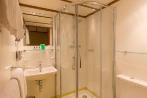 A bathroom at ss Rotterdam Hotel en Restaurants