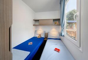 Postel nebo postele na pokoji v ubytování Albatross Mobile Homes on Camping San Francesco