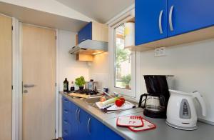Kuchyň nebo kuchyňský kout v ubytování Albatross Mobile Homes on Camping San Francesco