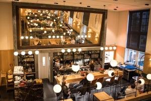 Een restaurant of ander eetgelegenheid bij Lloyd Hotel