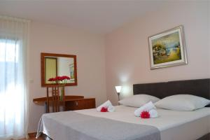 A bed or beds in a room at Matilde Beach Resort