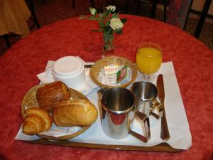 Breakfast options available to guests at Hôtel Claridge's
