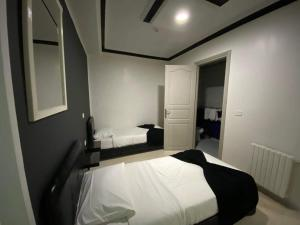 A bed or beds in a room at Hôtel le calife