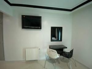 A television and/or entertainment center at Hôtel le calife