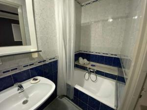 A bathroom at Hôtel le calife