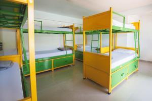 Uma ou mais camas em beliche em um quarto em Che Lagarto Hostel Ilha Grande
