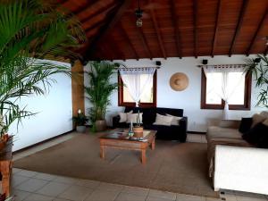 Uma área de estar em La Belle Maison Brigitte Bardot