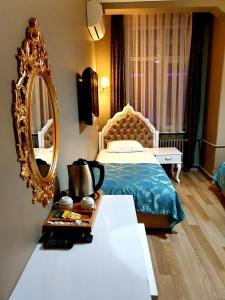 سرير أو أسرّة في غرفة في Şehir Hotel Old City