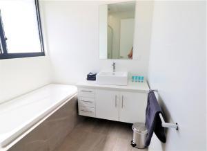 A bathroom at Yallingup Beach Resort